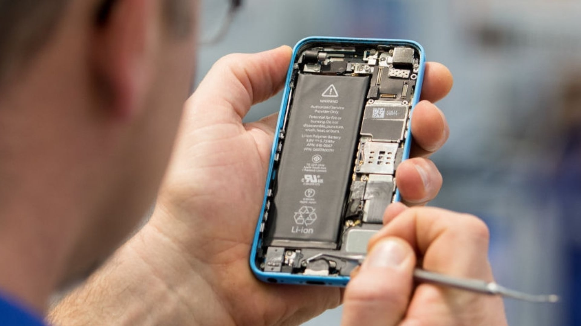Repair Shops Want to Figure Out How to Fix Your iPhone. Biden Wants to Make Sure They Can